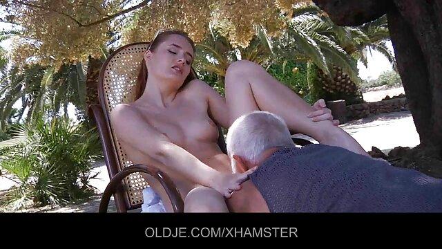 دختر جوان لبهای صورتی اش سکس با پورن را پهن می کند
