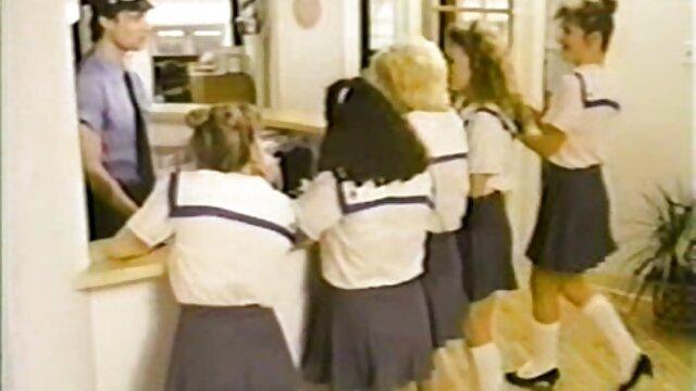مادر شگفت انگیز پوست طبیعی یک دختر جوان دلفریب و فیلم سکسی در مدرسه تنگ را با بیکینی کوچک ریز می کند