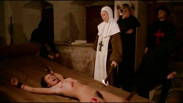 نماینده زن شاخدار بر روی زبان روسی زیبا و فیلمهای سکسی مادر پسر بلوند قرار می گیرد